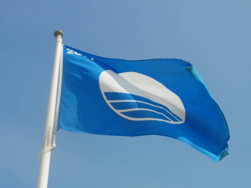 Blaue Flagge an Cadzands Stränden