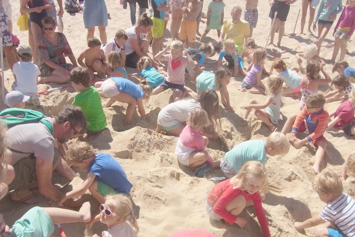 Schatzsuche im Sand Cadzand-Bad