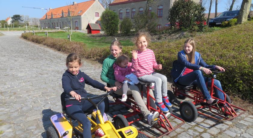"""Ferienwohnungen auf dem """"Hoeve Hazegras"""": Kinderspielplatz auf dem Bauernhof"""